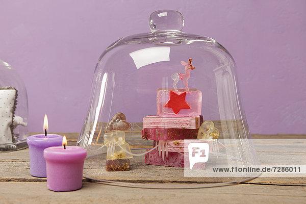 Seifenstücke und Kerzen mit Glocke