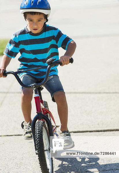 Junge - Person  fahren  Fahrrad  Rad  5-9 Jahre  5 bis 9 Jahre