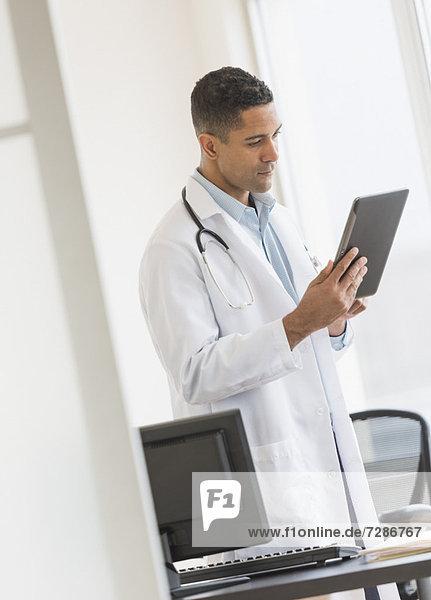 benutzen  Arzt  Büro  Tablet PC