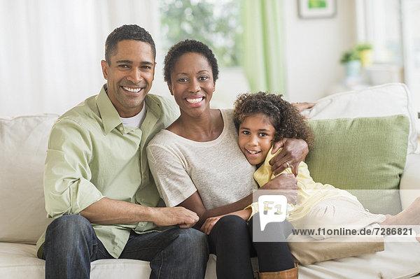 Portrait  Couch  Menschliche Eltern  Tochter  5-9 Jahre  5 bis 9 Jahre