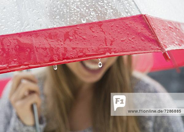 Frau  Regenschirm  Schirm  unterhalb  Regen  jung