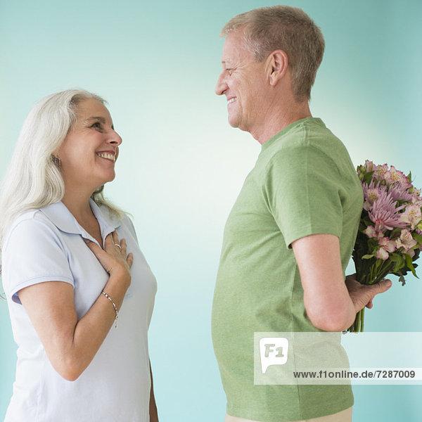 Blumenstrauß  Strauß  Frau  Mann  geben