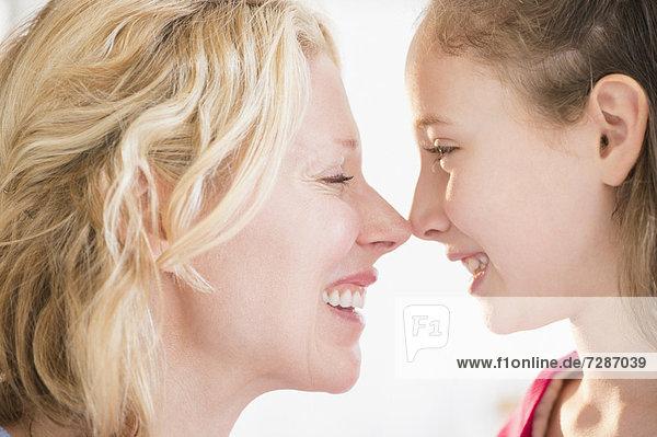 reiben  reibt  reibend  Tochter  5-9 Jahre  5 bis 9 Jahre  Mutter - Mensch