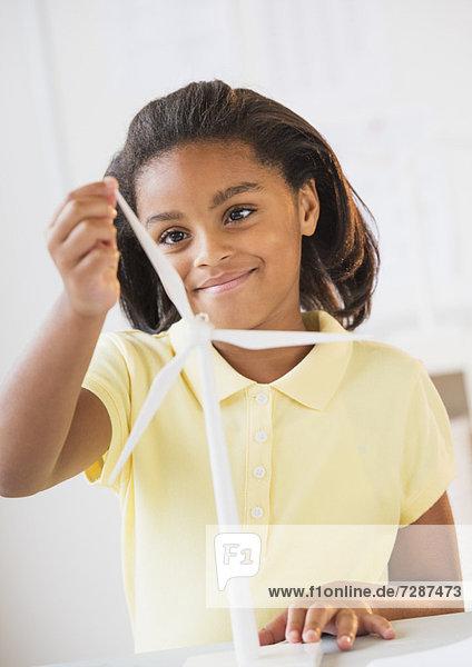 Windturbine Windrad Windräder lächeln Modell Mädchen spielen