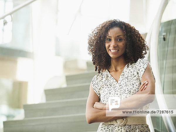stehend  überqueren  Portrait  Frau  lächeln  jung