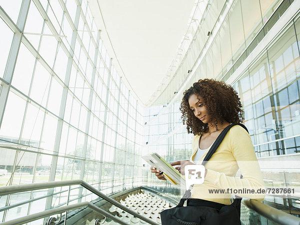 benutzen  Frau  jung  Tablet PC