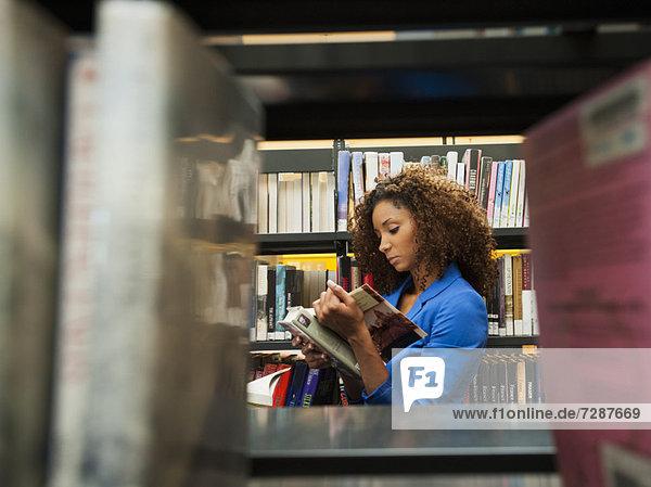 Frau  Bibliotheksgebäude  Forschung