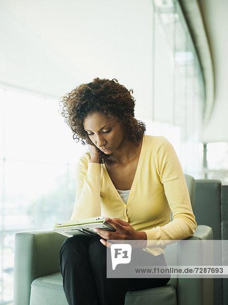 benutzen  Portrait  Frau  jung  Tablet PC
