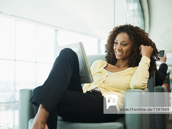 benutzen  Eingangshalle  Frau  lächeln  warten  Tablet PC