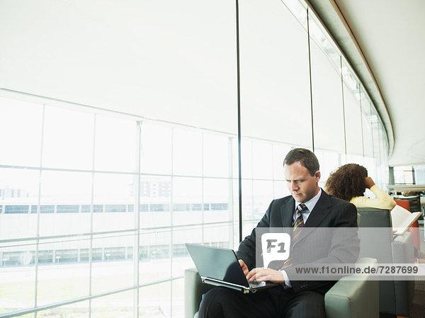 benutzen  Eingangshalle  Mann  Notebook  warten