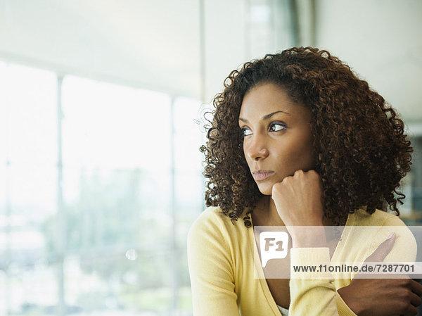 Portrait einer jungen Frau looking away