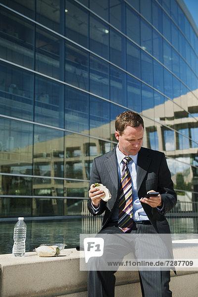 Mann  nehmen  jung  Fenstersims  Bremse  Mittagessen