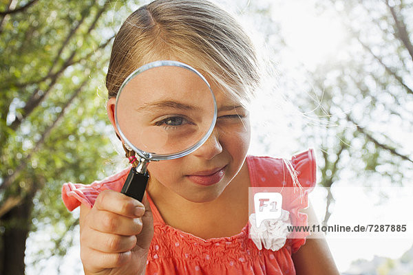 sehen  Glas  klein  blättern  5-9 Jahre  5 bis 9 Jahre  Aussichtsplattform  Mädchen