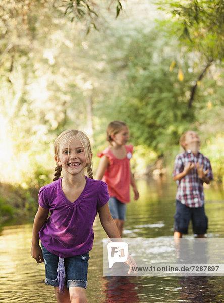 stehend  Freundschaft  klein  Fokus auf den Vordergrund  Fokus auf dem Vordergrund  5-6 Jahre  5 bis 6 Jahre  5-9 Jahre  5 bis 9 Jahre  Mädchen