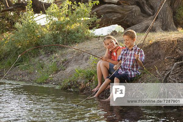 Zusammenhalt Junge - Person klein Stange angeln unbebautes Grundstück Provisorium 5-9 Jahre 5 bis 9 Jahre Mädchen