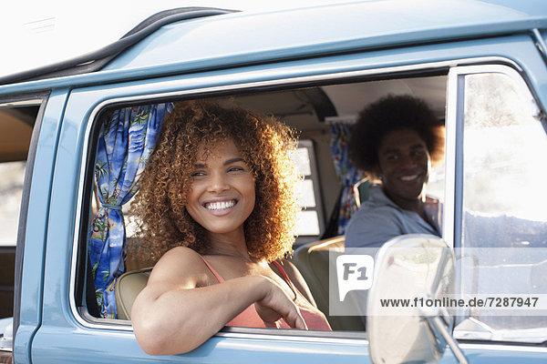 Kleintransporter  Frau  Mann  lächeln  Lieferwagen