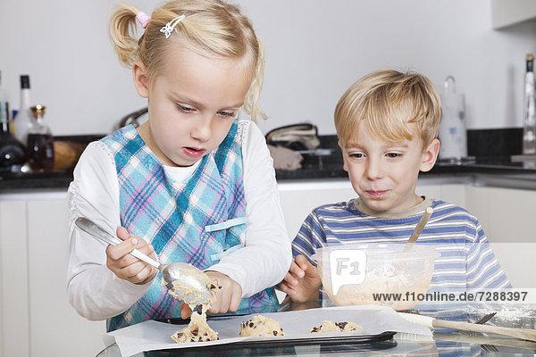 Fröhlichkeit Bruder Schwester Küche backen backend backt Keks