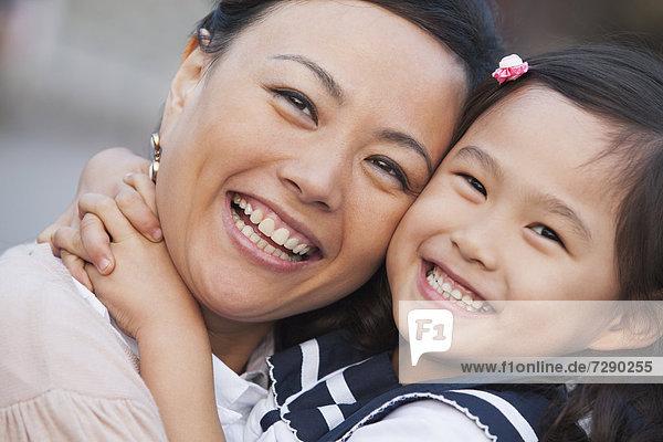 umarmen  chinesisch  Schule  Tochter  Mutter - Mensch