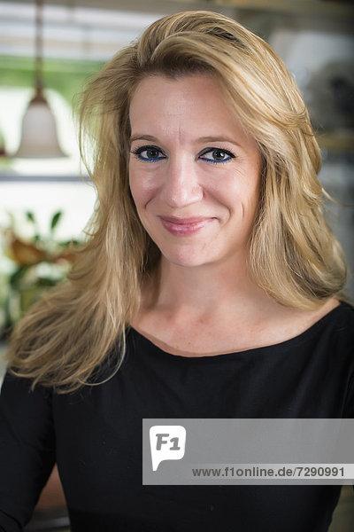 USA  Texas  Mid adult woman smiling  portrait
