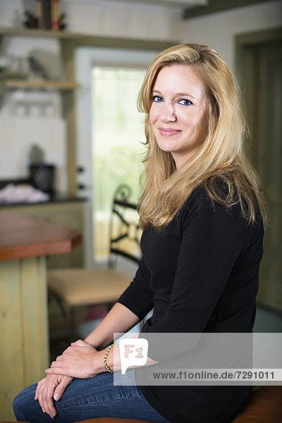 USA  Texas  Mittlere erwachsene Frau lächelnd  Portrait