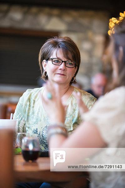 USA  Texas  Reife Frauen sitzen am Tisch