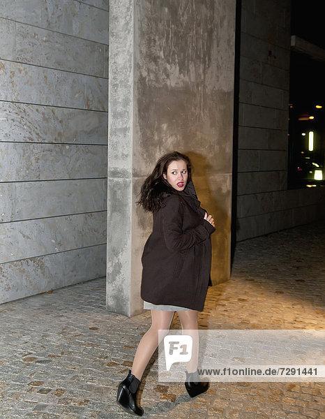 Junge Frau läuft durch die Straße