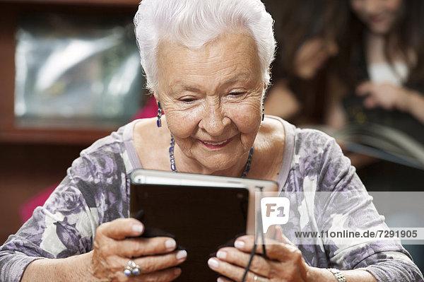 benutzen  Frau  Hispanier  Tablet PC