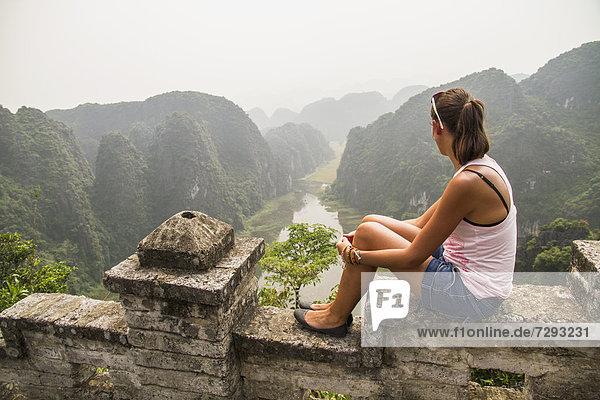 Vietnam  Ninh Binh  Junger Tourist mit Blick auf das Tom Coc Tal