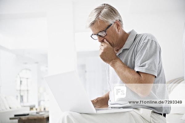 Spanien  Mallorca  Senior Mann erhält schlechte Nachrichten in Laptop