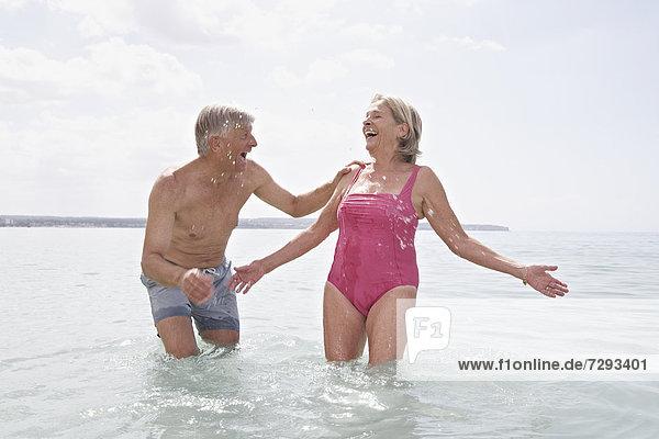 Spanien  Seniorenpaar beim Schwimmen am Atlantik