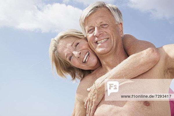 Spanien  Senior Mann mit Huckepackfahrt für die Frau