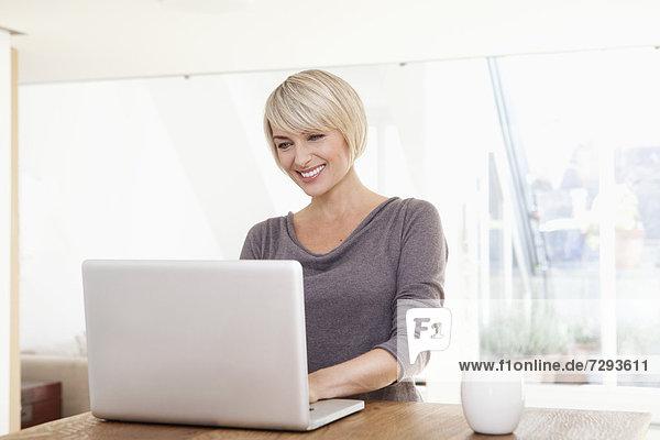 Frau mit Laptop  lächelnd