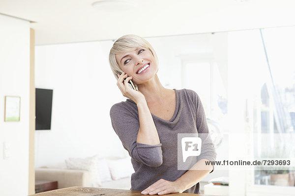 Frau mit Handy  lächelnd