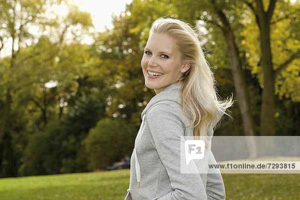 Europe  Germany  North Rhine Westphalia  Duesseldorf  Young woman smiling  portrait
