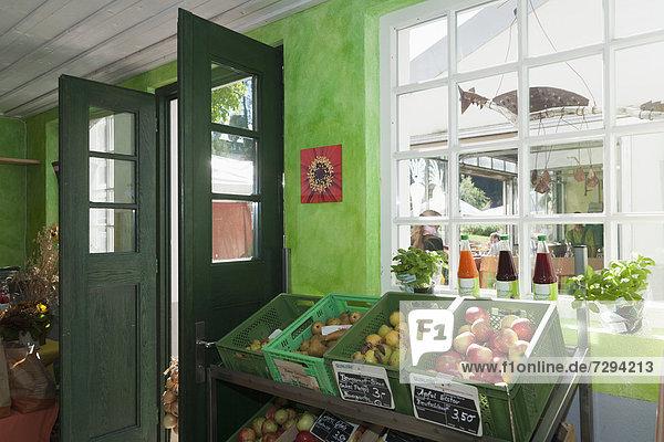 Deutschland  Verschiedene Obst- und Gemüsesäfte im Shop