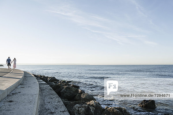 Spanien  Mittleres erwachsenes Paar entlang der Küste