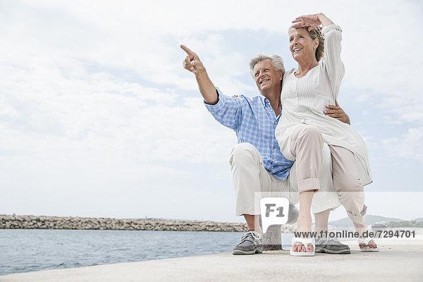 Spanien  Seniorenpaar im Hafen  lächelnd