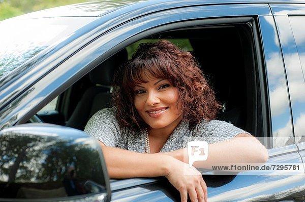 Portrait  Frau  Fenster  Auto  braunhaarig  hinaussehen  Seitenansicht  alt  Jahr