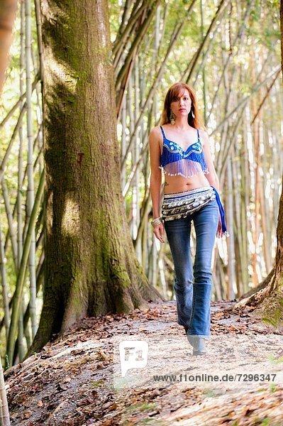 Frau  gehen  Wald  hoch  oben  Jeans  Kleidung  30  alt  rothaarig  Jahr