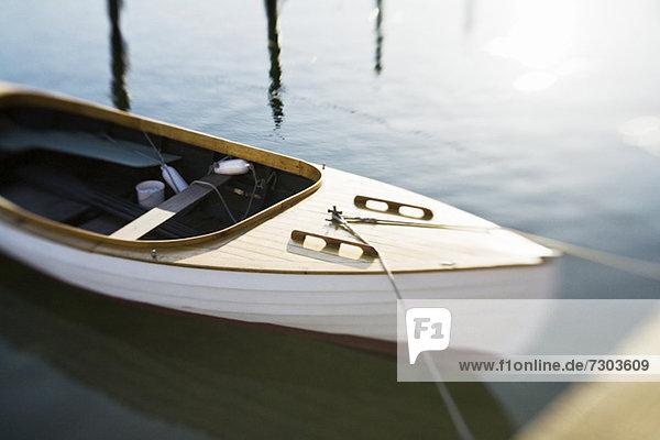 Selektiver Fokus des verankerten Segelbootes