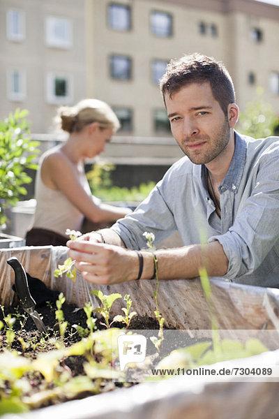 Porträt eines jungen Mannes mit Frau im Stadtgarten