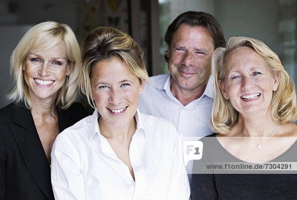 Portrait von glücklichen Geschäftsleuten im Büro
