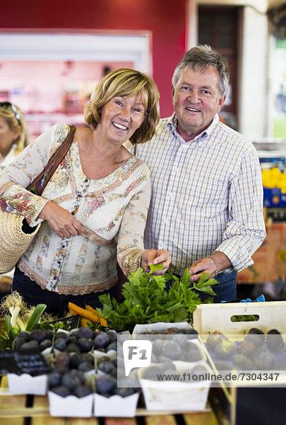 Porträt des glücklichen Paares im Gemüseladen