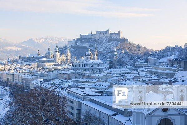 Blick auf Salzburg im Winter  Österreich