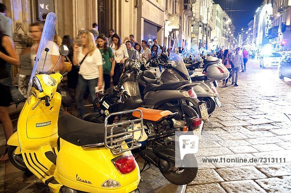 Italien  Lombardei  Mailand  Nachtleben in der Via Manzoni während der Vogue Fashion's Night Out
