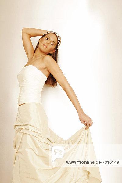 Junge  24-jährige Frau in einem Brautkleid