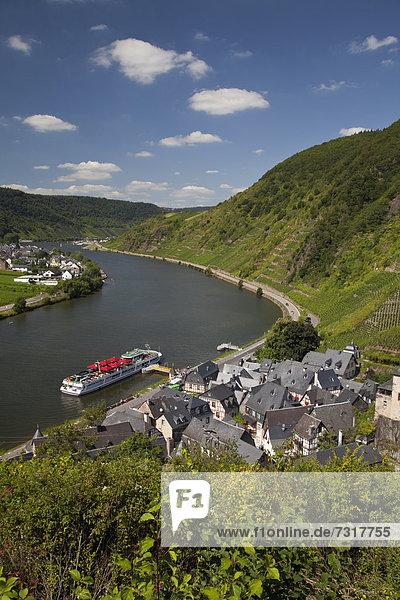Ausblick von Burg Metternich auf den Ort und das Moseltal,  Beilstein,  Mosel,  Rheinland-Pfalz,  Deutschland,  Europa