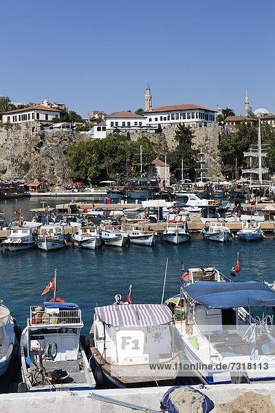 Hafen in der Altstadt von Antalya  hinten die Yivli Minare Moschee  Kaleici  Türkische Riviera  Türkei  Asien