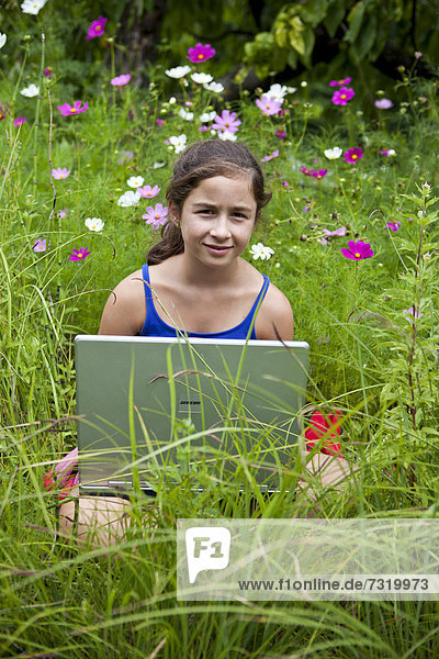sitzend Computer Notebook Wiese Mädchen