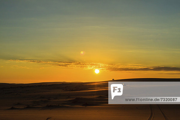 4x4 Geländewagen in Namib Wüste  Sonnenuntergang  Namib Naukluft Park  Namibia  Afrika